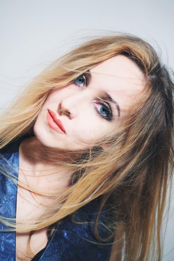 Mulher nova com cabelo longo bonito fotografia de stock