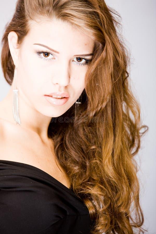Mulher nova com cabelo longo esplêndido curly imagem de stock royalty free