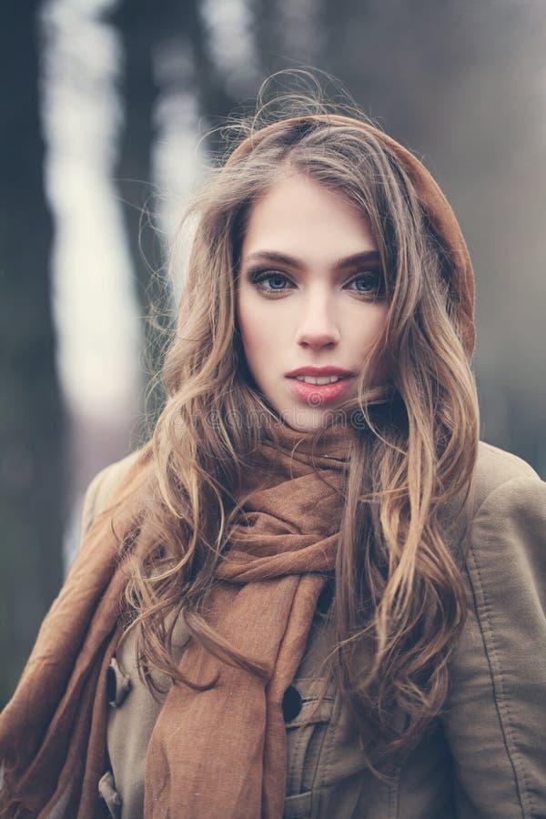 Mulher nova com cabelo marrom fotografia de stock