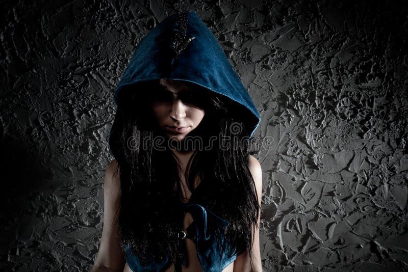 Mulher nova com a capa na cabeça fotografia de stock