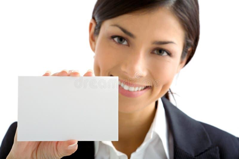 Mulher nova com cartão branco imagens de stock