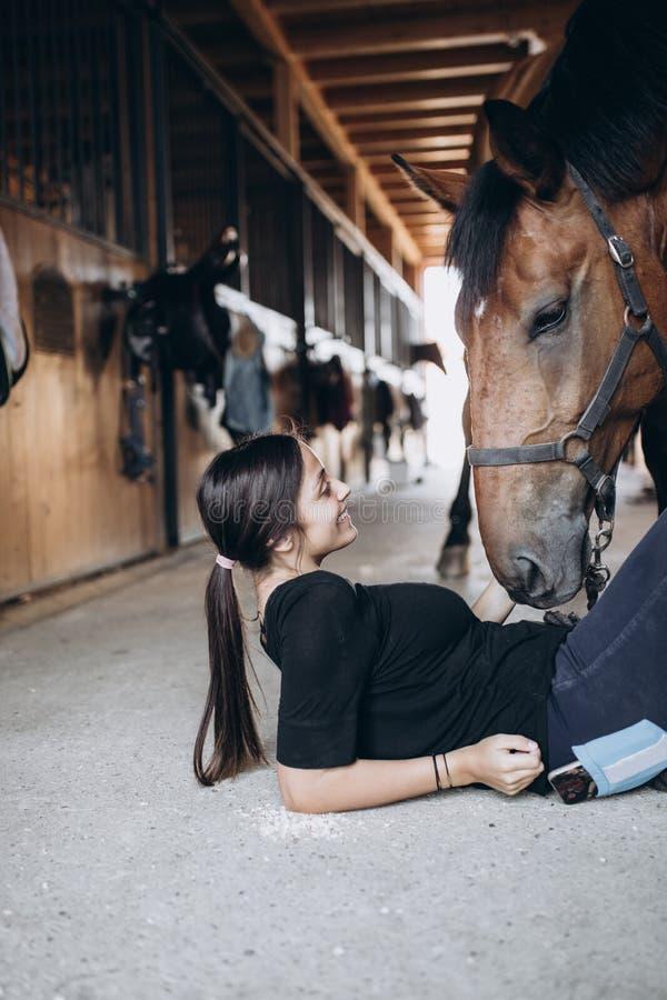 Mulher nova com cavalo fotografia de stock royalty free