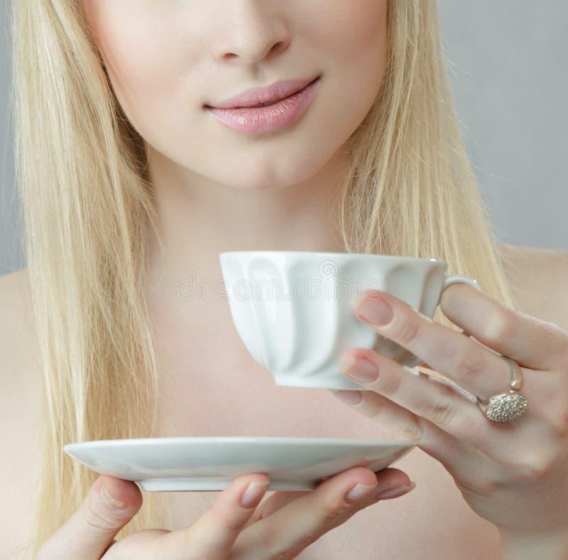 Mulher nova com chá imagem de stock royalty free