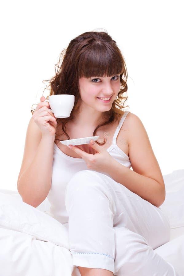 Mulher nova com a chávena de café na manhã foto de stock royalty free