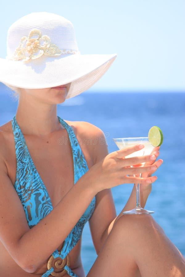 Mulher nova com cocktail imagens de stock royalty free