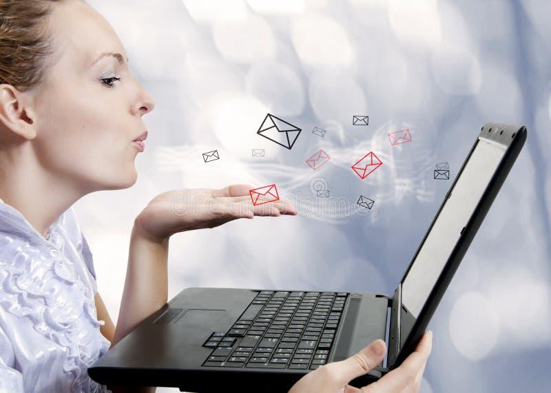 Mulher nova com computador. Blogger