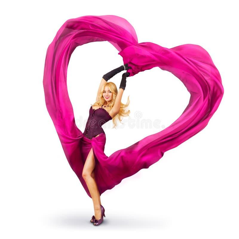 Mulher nova com coração de seda do Valentim imagens de stock