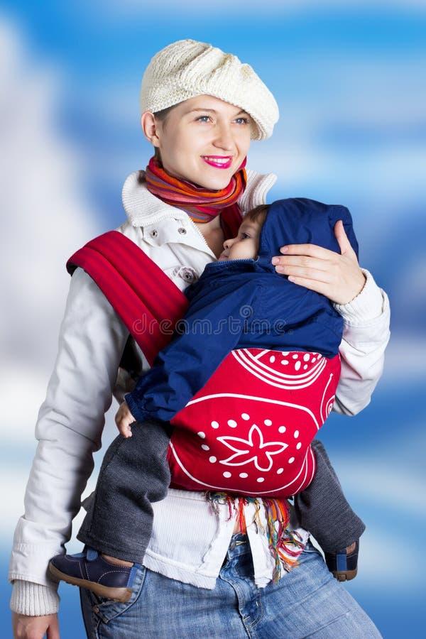 Mulher nova com a criança, ao ar livre foto de stock
