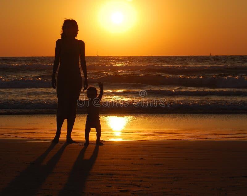 Mulher nova com criança pequena foto de stock