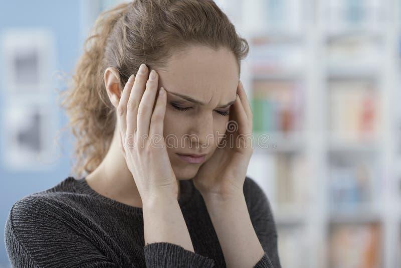 Mulher nova com dor de cabe?a imagens de stock