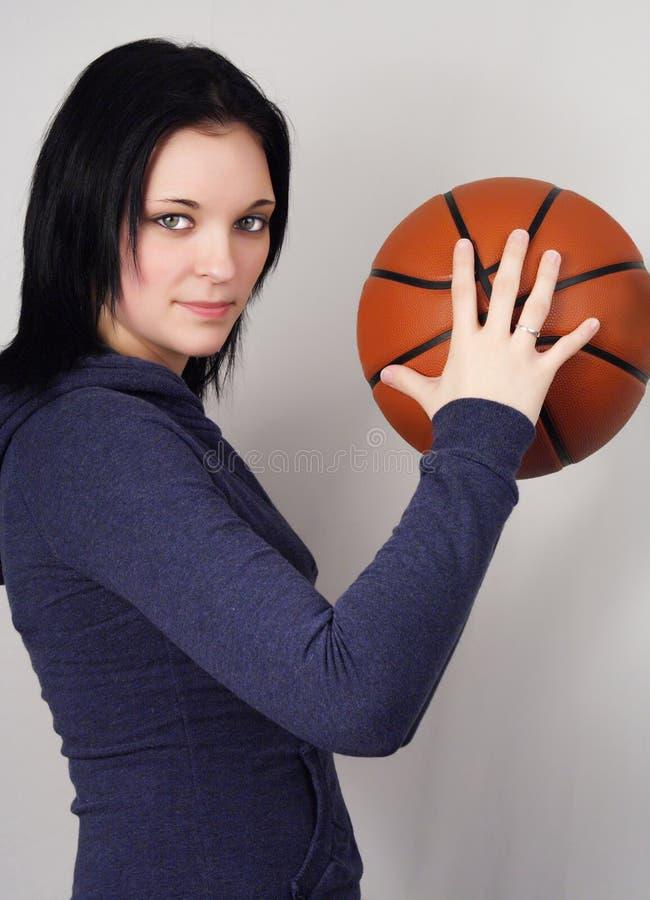 Mulher nova com esfera da cesta imagens de stock royalty free