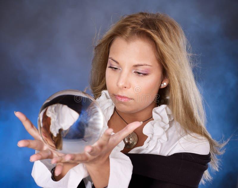 Mulher nova com esfera de cristal. foto de stock royalty free