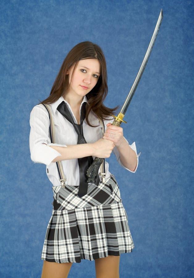 Mulher nova com a espada japonesa no mãos fotografia de stock