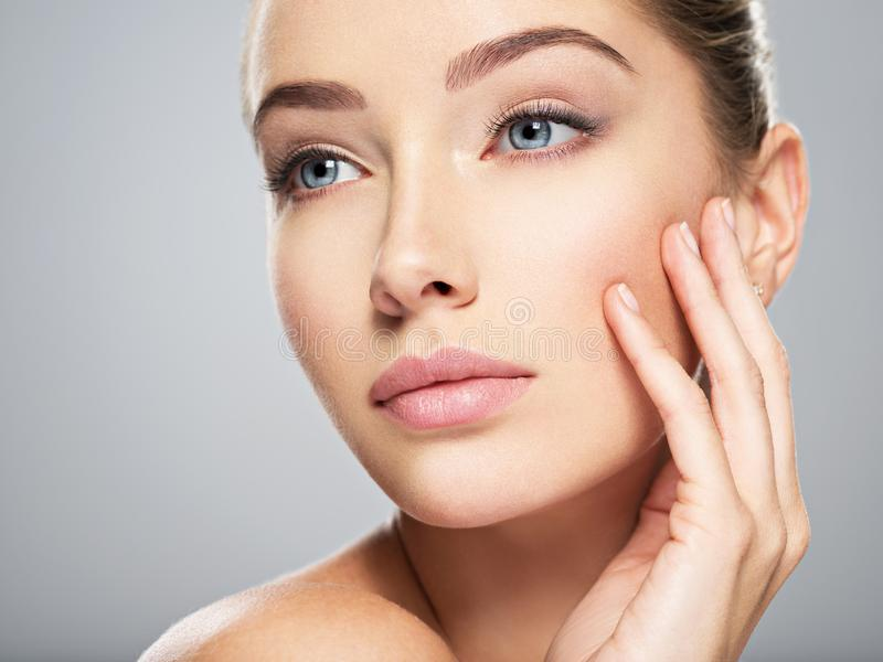 Mulher nova com face bonita Cuidado de pele imagem de stock royalty free