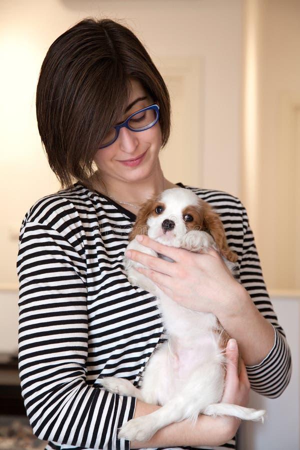 Mulher nova com filhote de cachorro fotos de stock royalty free