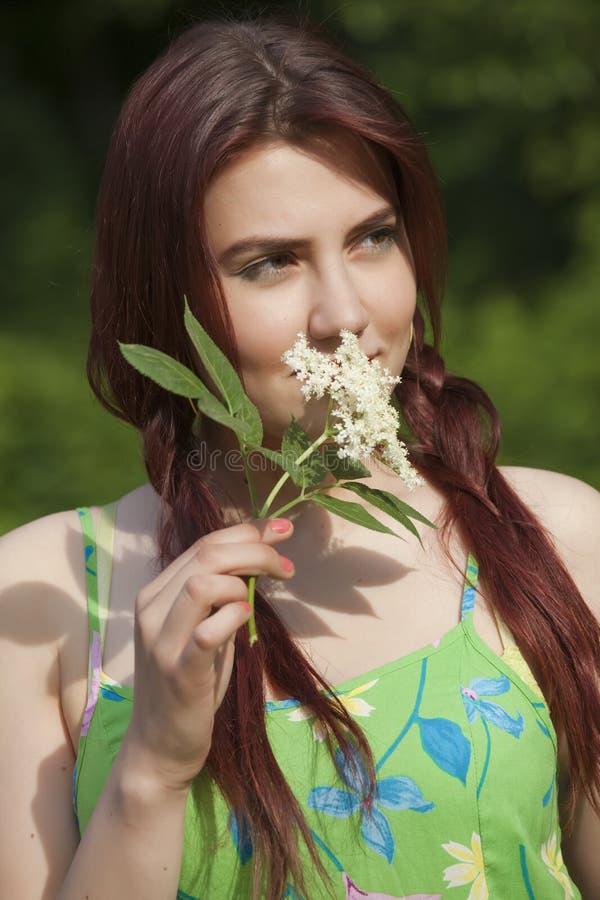Mulher nova com flor fotos de stock