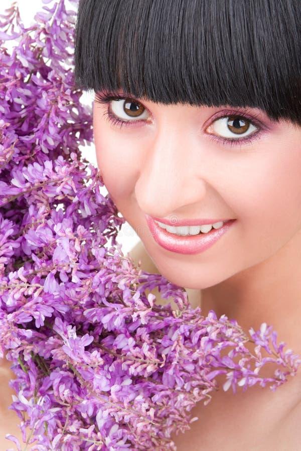 Download Mulher nova com flores imagem de stock. Imagem de sombra - 10057695