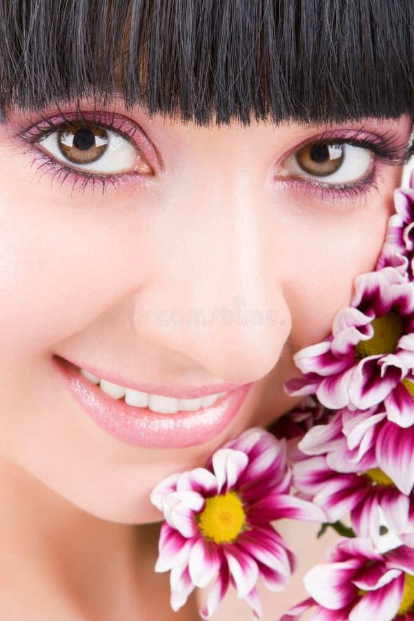 Download Mulher nova com flores imagem de stock. Imagem de face - 10057717