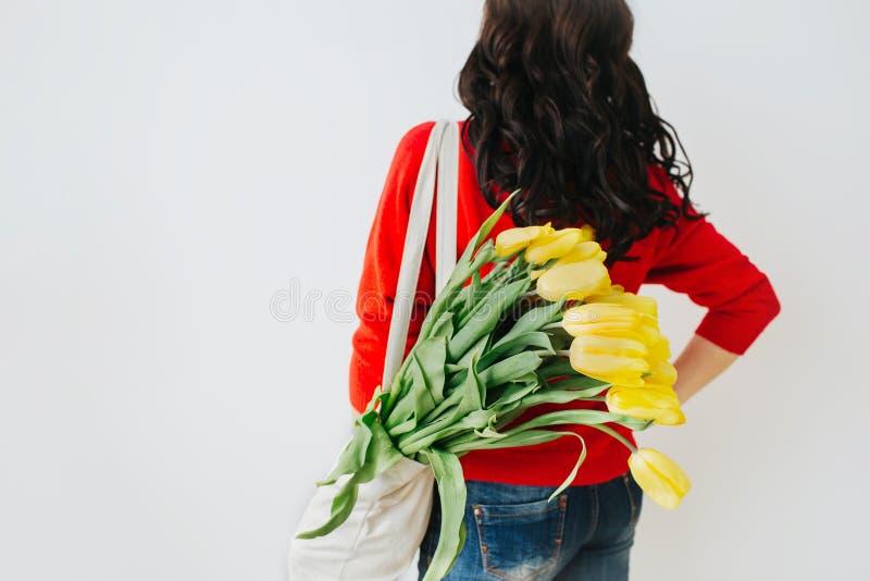 Mulher nova com flores amarelas imagens de stock