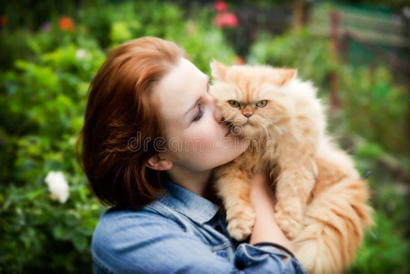 Mulher nova com gato persa fotografia de stock