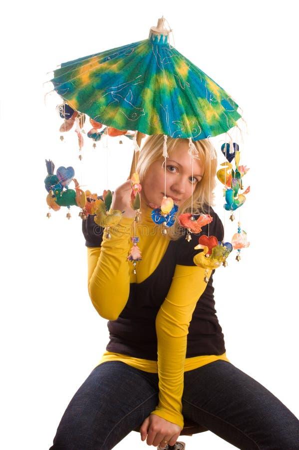 Mulher nova com guarda-chuva engraçado fotografia de stock royalty free