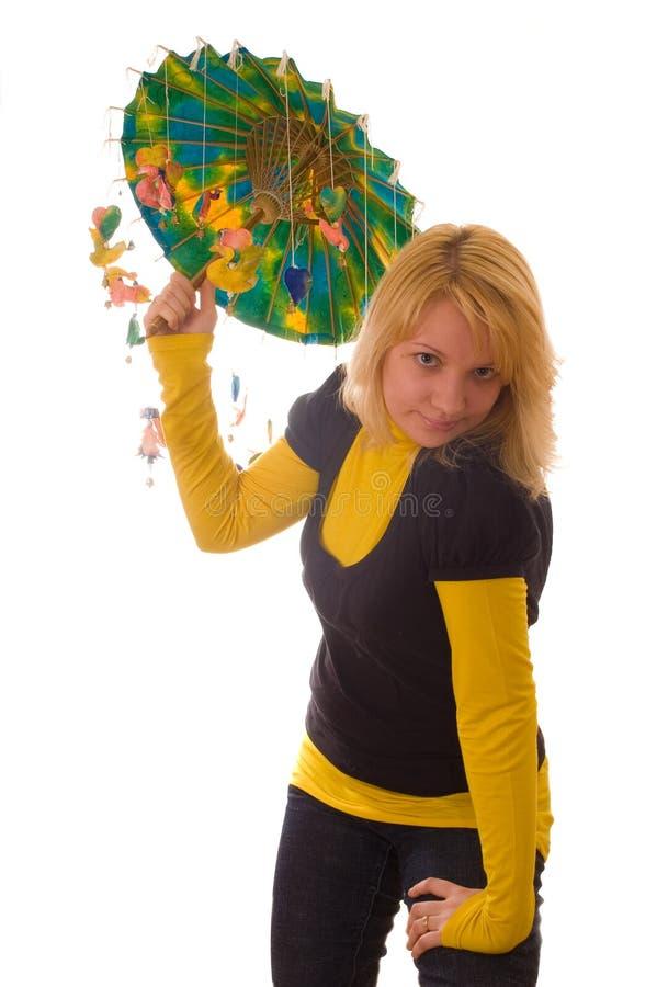 Mulher nova com guarda-chuva engraçado foto de stock