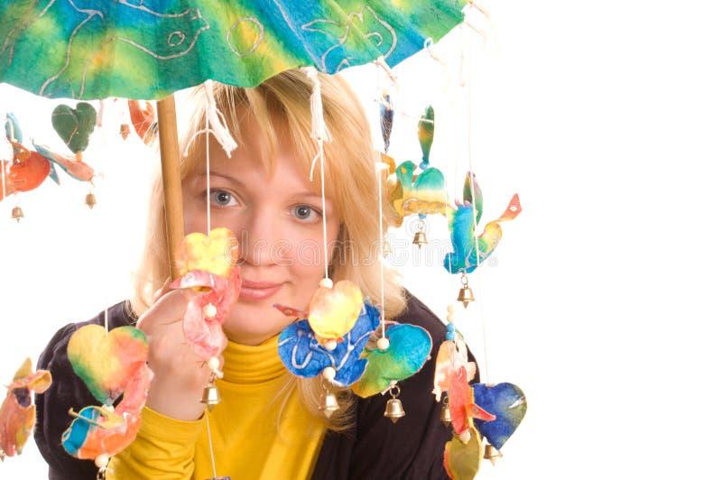 Mulher nova com guarda-chuva engraçado imagens de stock royalty free