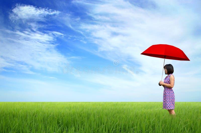 Mulher nova com guarda-chuva vermelho foto de stock royalty free