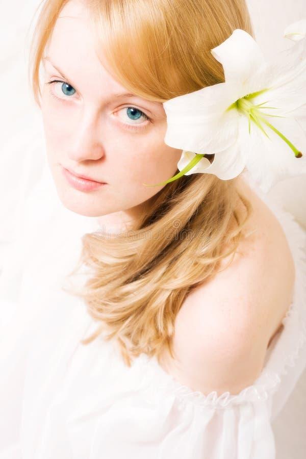 Mulher nova com lírio branco imagem de stock royalty free