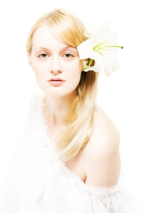Mulher nova com lírio branco imagem de stock