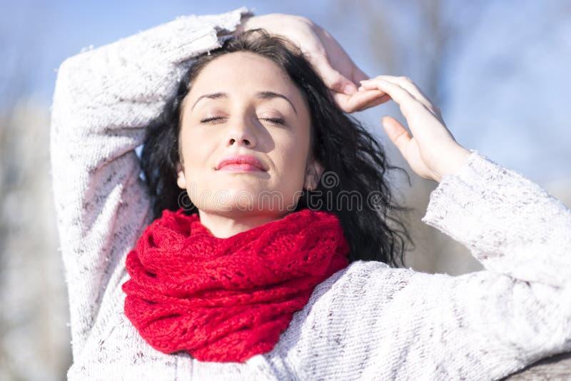 Mulher nova com lenço vermelho imagens de stock royalty free