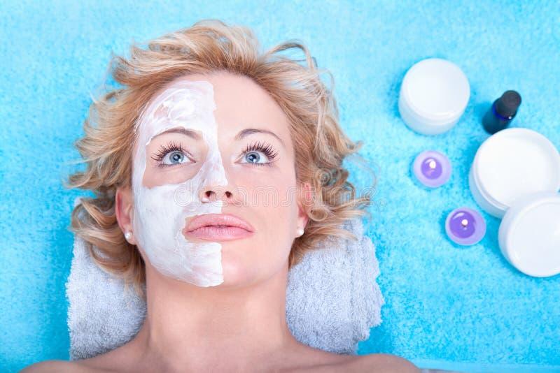 Mulher nova com máscara do facial da argila. fotografia de stock royalty free