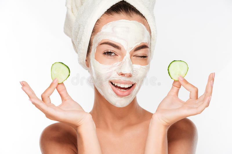 Mulher nova com máscara do facial da argila foto de stock