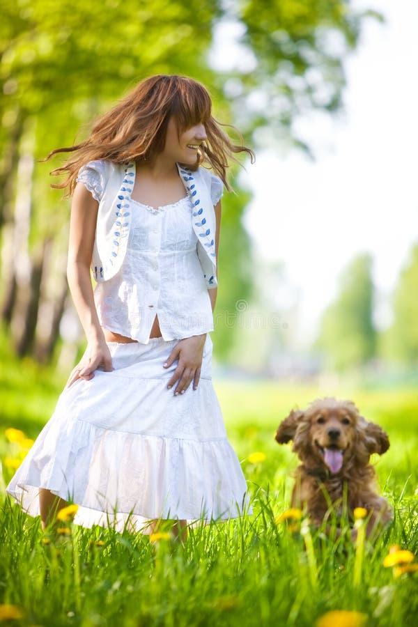 Mulher nova com o cão do spaniel de cocker fotos de stock royalty free