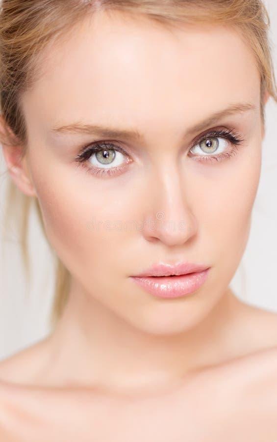 Mulher nova com olhos bonitos foto de stock royalty free
