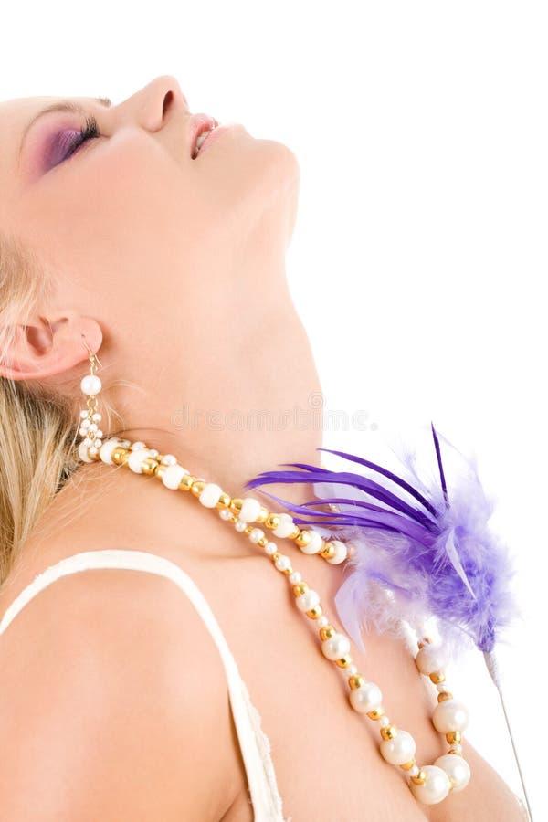 Mulher nova com pena violeta fotos de stock royalty free