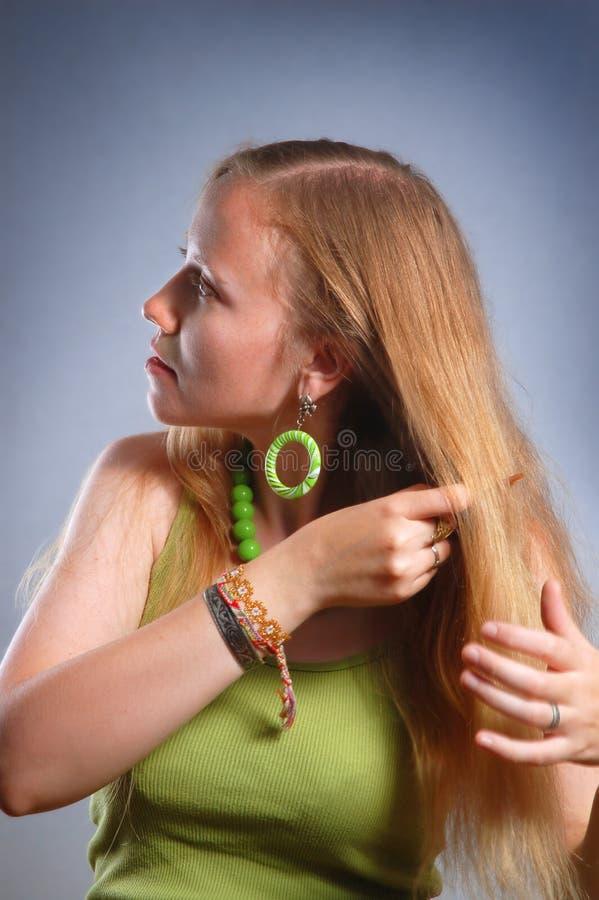 Mulher nova com pente imagens de stock royalty free