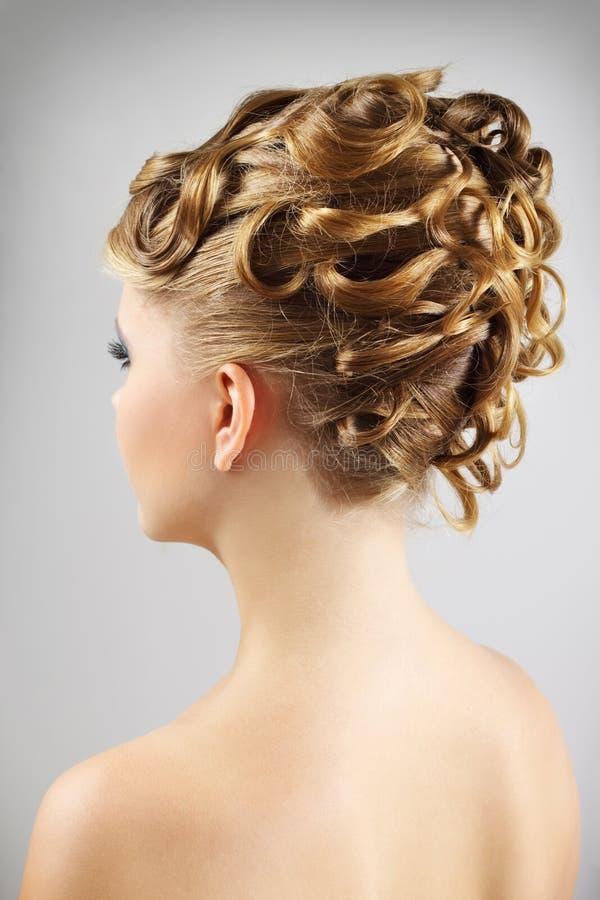 Mulher nova com penteado bonito imagem de stock