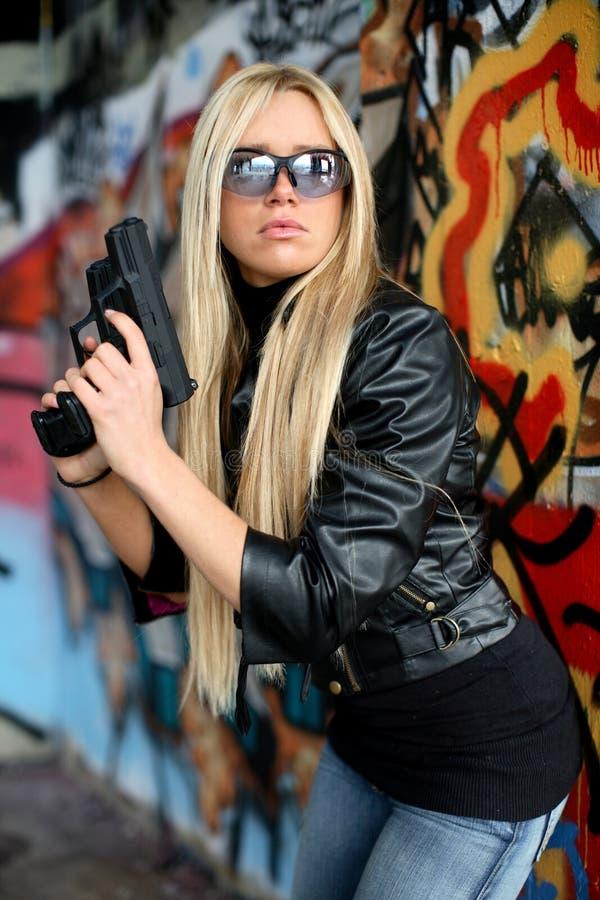 Mulher nova com pistolas fotografia de stock royalty free
