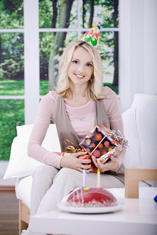 Download Mulher nova com presentes foto de stock. Imagem de beleza - 16855044