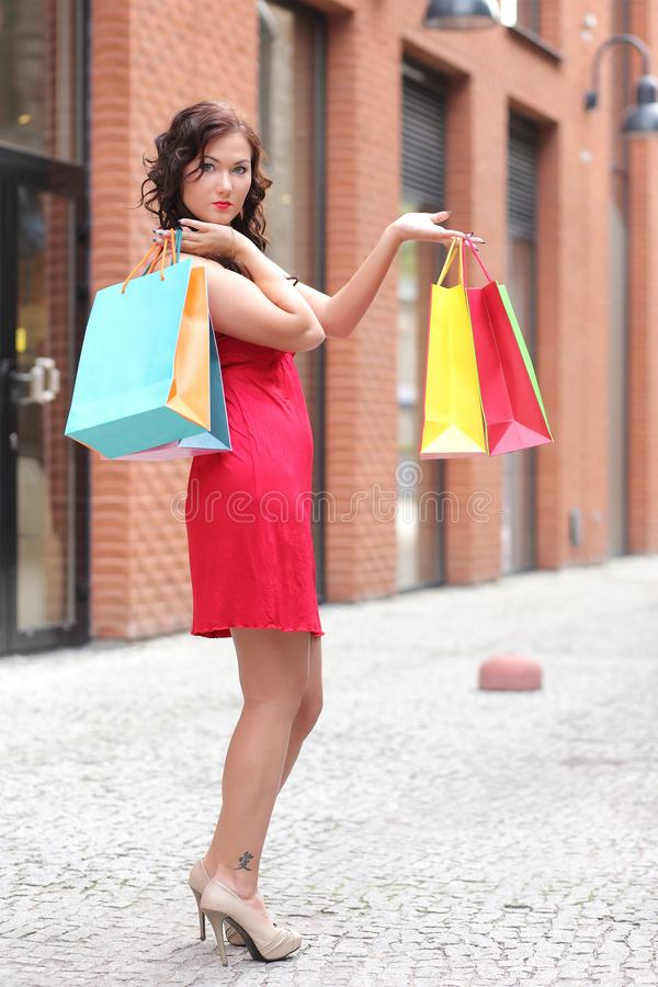 Mulher nova com sacos de compra imagem de stock