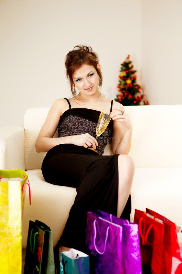 Download Mulher Nova Com Sacos De Compra Imagem de Stock - Imagem de muito, beleza: 16867431