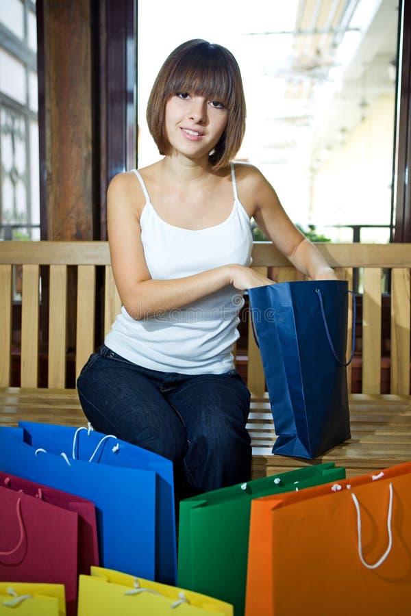 Mulher nova com sacos multi-coloured imagens de stock