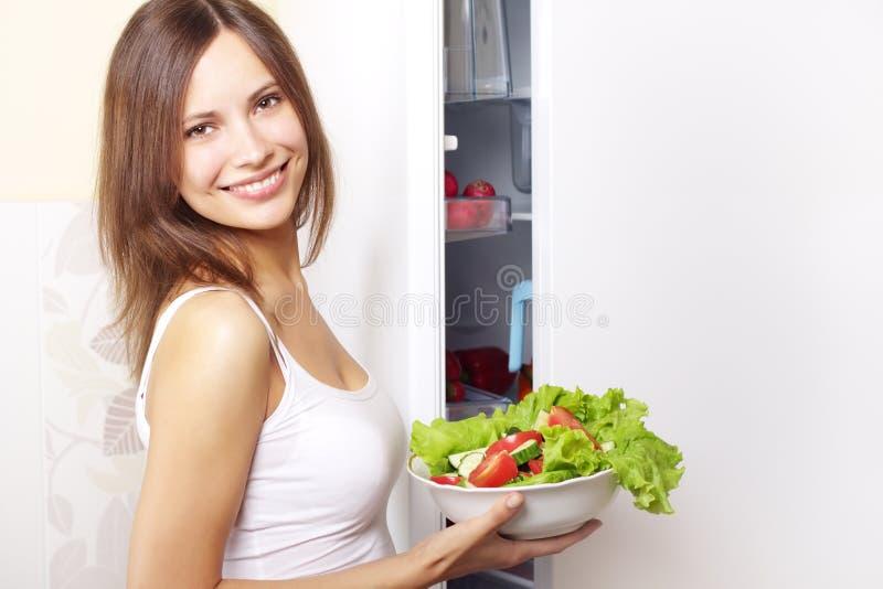 Mulher nova com salada saudável foto de stock royalty free