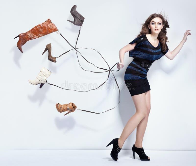 Mulher nova com sapatas fotos de stock royalty free