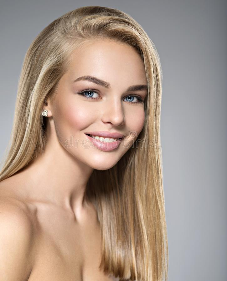 Mulher nova com sorriso bonito imagem de stock royalty free