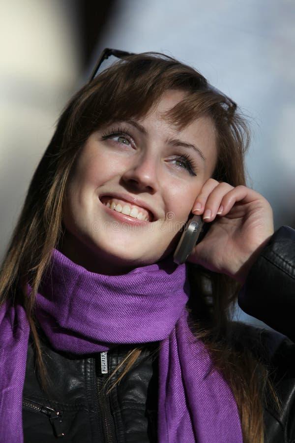 Download Mulher Nova Com Telefone Móvel Imagem de Stock - Imagem de cabelo, escutar: 16872671