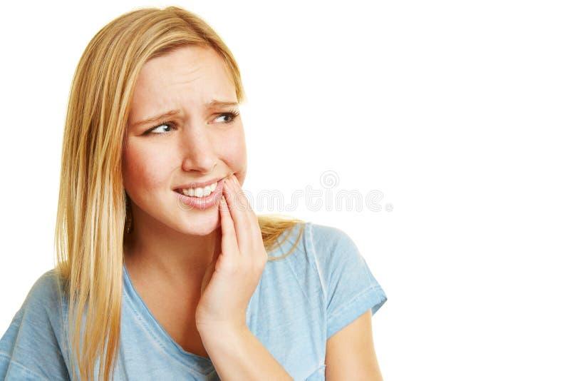 Mulher nova com toothache fotografia de stock royalty free
