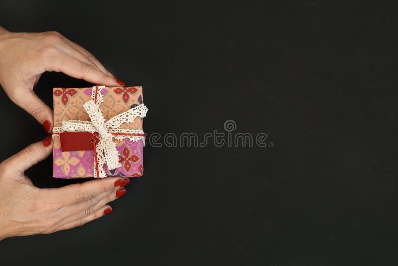 Mulher nova com um presente foto de stock royalty free