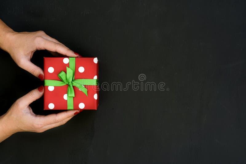Mulher nova com um presente fotos de stock